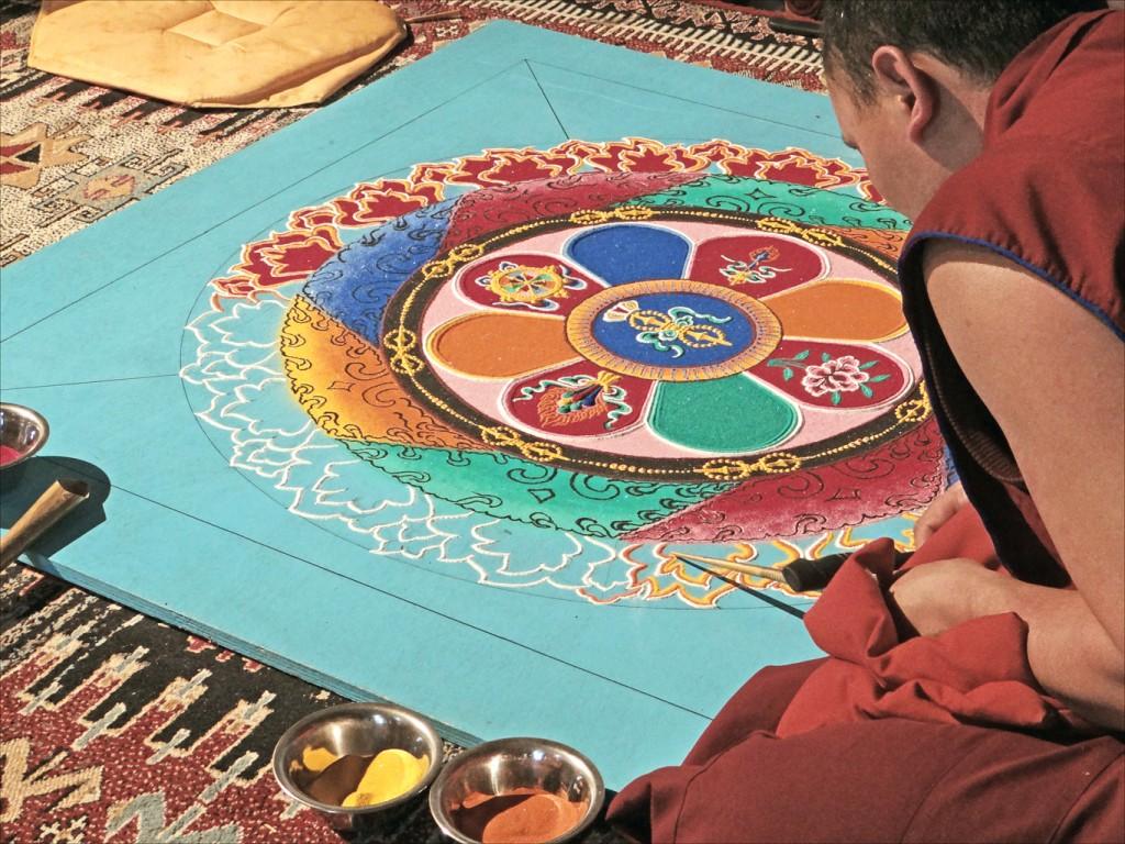 Tibétain dessinant un mandala