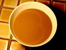 une courbe dans une tasse de café au lait