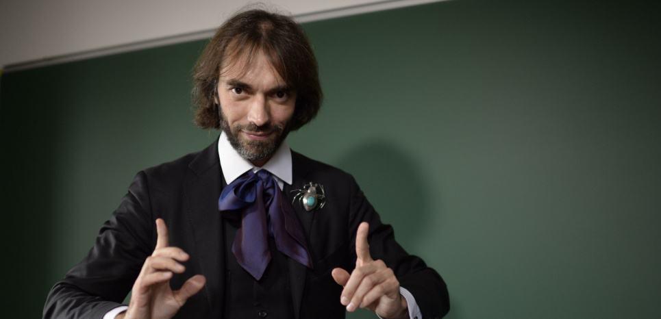 Le mathematicien Cedric Villani dans son bureau de l institut Henri Poincare dont il est le directeur.  Il recoit la medaille Fields en 2010 /JDD_16502.21/Credit:JEROME MARS/JDD/SIPA/1511021717